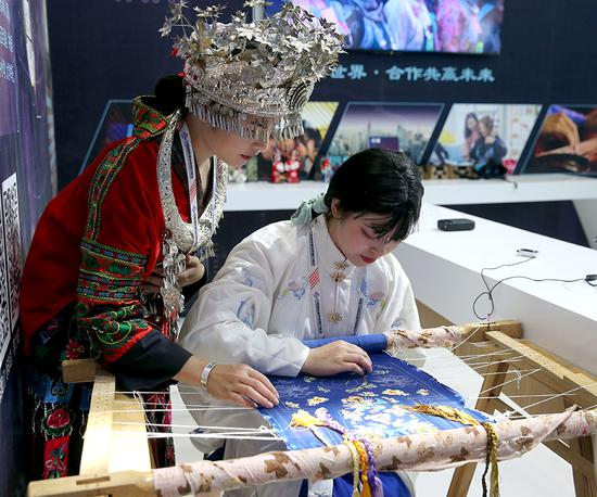 Embroidery art of ethnic Miao people is demonstrated at the 2019 China International Fair for Trade in Services, which opened in Beijing on Tuesday. (Photo/China Daily)