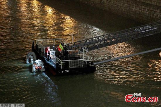 匈牙利河船载游客在多瑙河倾覆