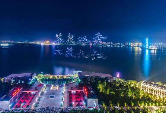 数百架无人机在江西展示茶文化