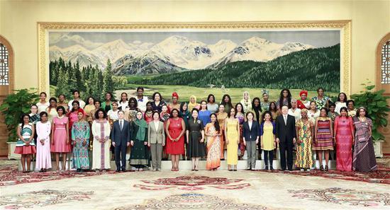 中国国家主席夫人会见国际学生