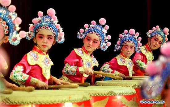 Traditional Chinese opera performed to celebrate Int'l Children's Day