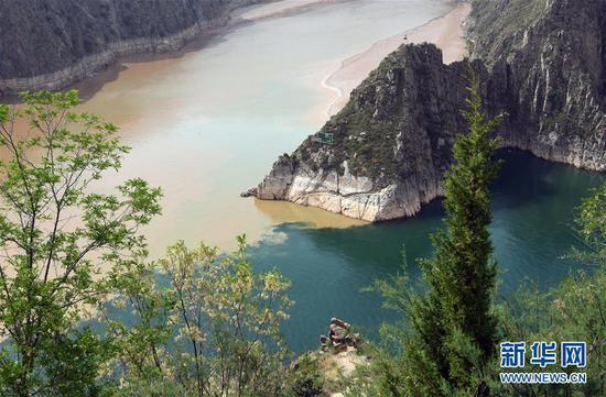 Contrasting rivers converge in Gansu reservoir