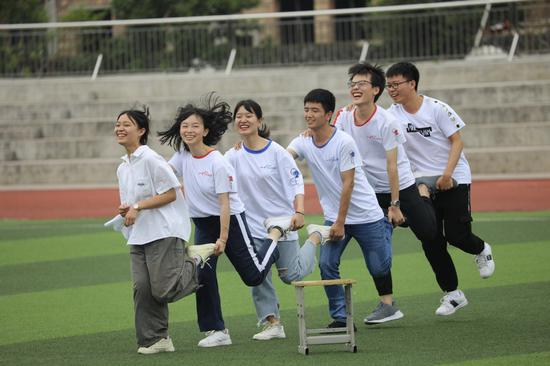 Students beat stress ahead of gaokao
