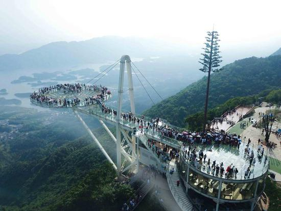 Glass viewing platform in Hubei wins Guinness record