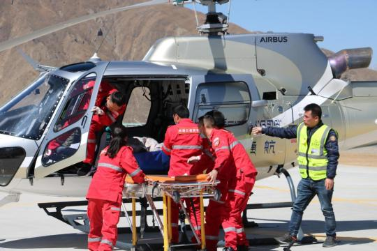 Tibet Yunying Medical Rescue workers participate in an air rescue drill in Lhasa, capital of the Tibet autonomous region. (Photo/CHINA DAILY)