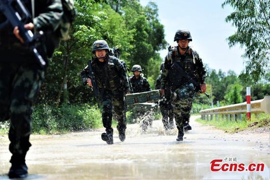 武装警察在强化训练中挑战身体极限