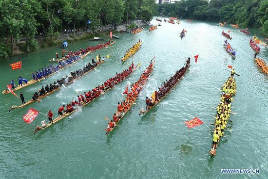 举行龙舟锦标赛以庆祝即将来临的端午节