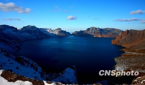 This file photo shows China's largest volcanic crater lake, Tianchi Lake in northeast China's Changbai Mountains. (China News Service)