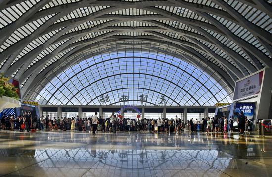 Passengers wait in line at the Tianjin West Railway Station in north China's Tianjin, June 9, 2019. (Xinhua/Yang Baosen)
