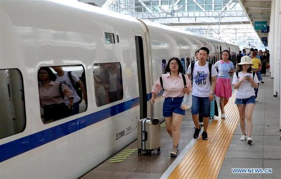 Passengers prepare to board a train at Anqing Railway Station, east China's Anhui Province, June 9, 2019. Sunday witnessed a travel rush as the Dragon Boat Festival holiday came to an end. (Xinhua/Jiang Sheng)