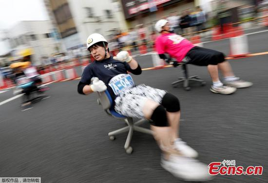 Hundreds race around streets of Japan on office chairs