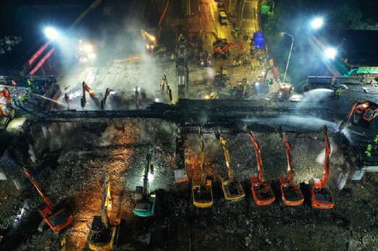 The construction site of the bridge demolishing work in Jiangyin section of the Beijing-Shanghai Expressway. (Photo: Xinhua)