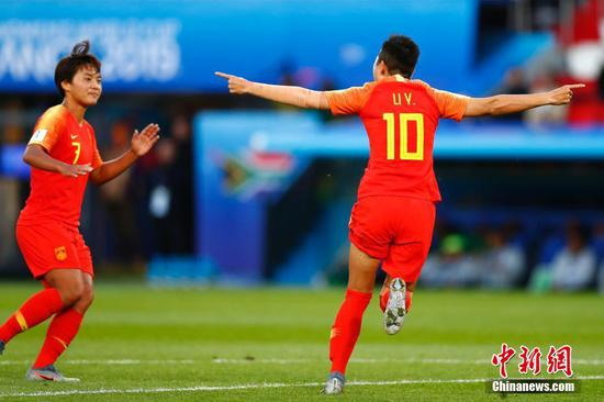 China forward Li Ying (10) celebrates her goal scored against South Africa during the first half in group stage play during the FIFA Women's World Cup France 2019 at Parc des Princes on June 13, 2019. (Photo: China News Service/Fu Tian)