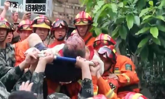 Family of three rescued from earthquake-hit house in Changning