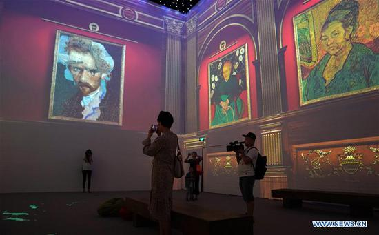 Visitors immerse in Van Gogh's paintings in Beijing
