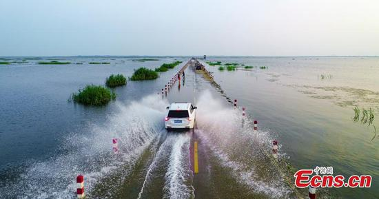 Walking along 'water' highway on Poyang Lake