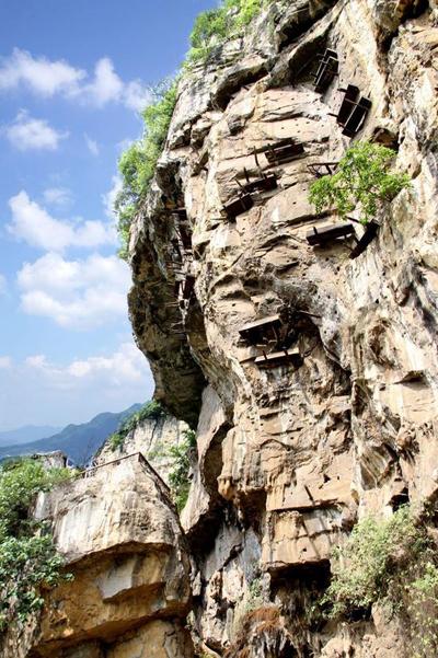 在悬崖上的神秘棺材。 (照片/新华网)