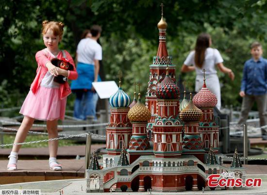 """参观者在莫斯科的""""微型俄罗斯""""展览中获得乐趣"""