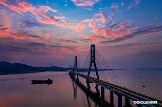 Poyang Lake No. 2 Bridge opens to public traffic
