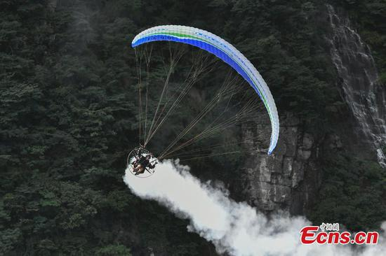 Motorized paragliders compete at Tianmen Mountain