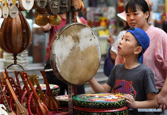 Grand Bazaar in Xinjiang welcomes peak tourism season