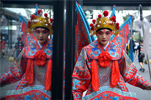 Fans immerse themselves in Sichuan Opera in Chengdu