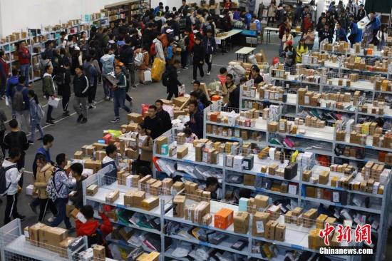 College students get their packages. (File hoto/China News Service)