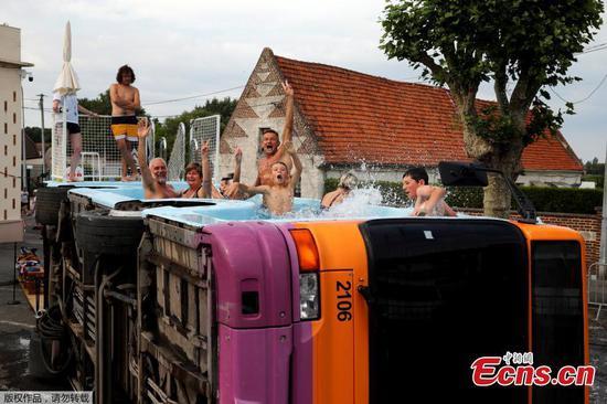 在法国白求恩退役的公共汽车中洗澡