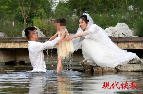 A new couple in Xuyi County, east China's Jiangsu Province d rescue a girl who falls into a pond while the couple are taking wedding photos, July 10, 2019. (Photo/ Modern Express)