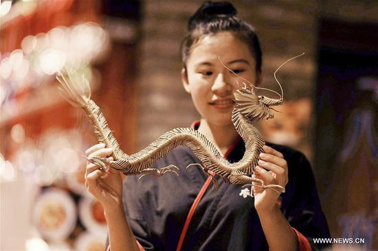 稻草工匠结合传统技术与创新