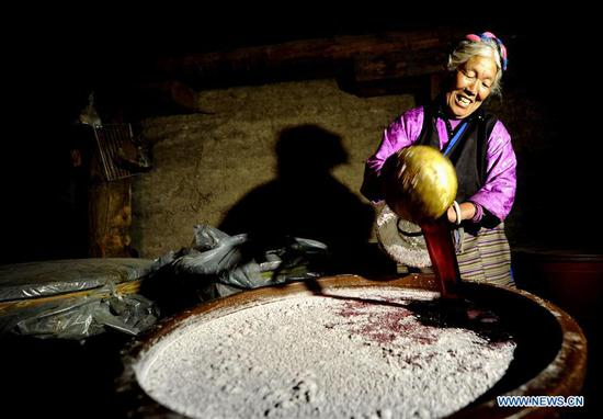 Ethnic Naxi people toast better life in Tibetan red wine