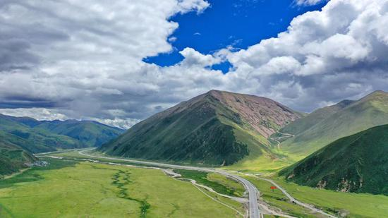 Summer scenery lines Tibetan highway
