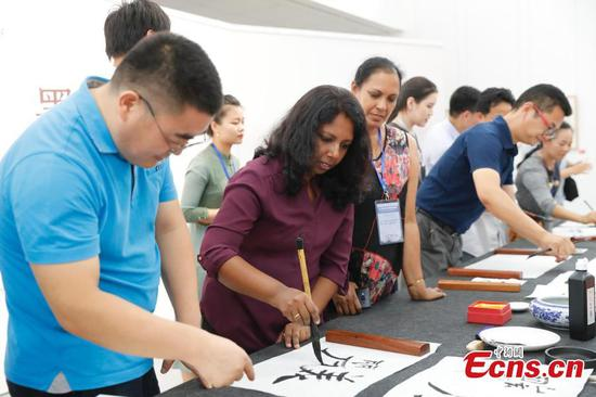 Foreigners learn Chinese calligraphy in Beijing museum