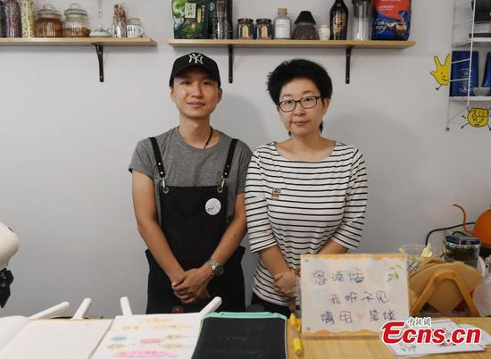 Deaf-mute couple opens café in Hangzhou