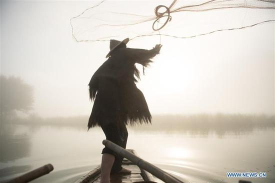 Couple work as 'fishing models' in Xiaya Town of Zhejiang