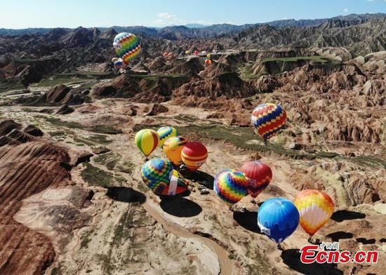 100 hot air balloons rise over Danxian landform