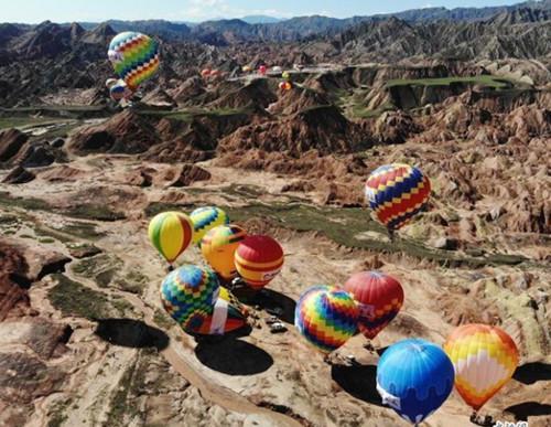 100 hot air balloons rise over Danxian landform