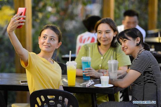 新疆吐鲁番夜市吸引市民,游客消磨时间