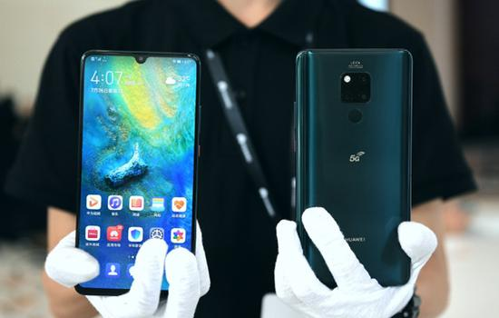 A staff member presents Huawei Mate 20 X (5G) mobile phone at the launching ceremony in Shenzhen, south China's Guangdong Province, July 26, 2019. (Xinhua/Mao Siqian)