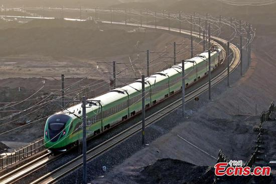 Xinjiang welcomes first Fuxing bullet train