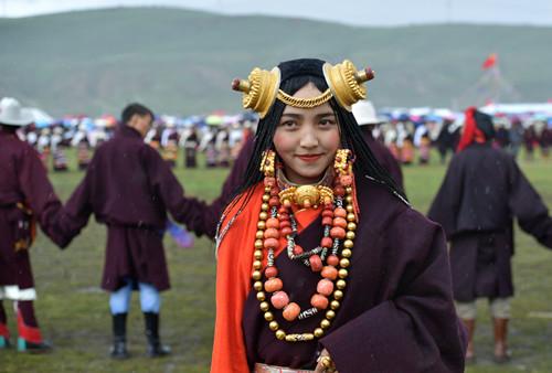 Tibetans perform traditiyabobetal Guozhuang dance