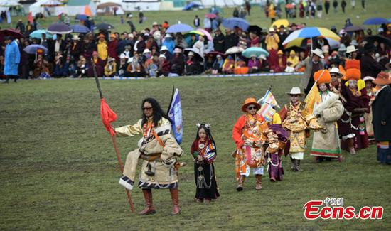 Tibetans perform traditional Guozhuang dance