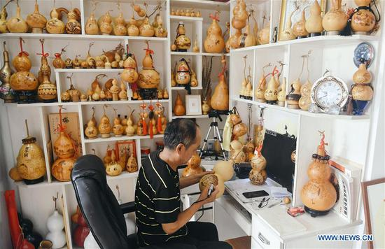 Self-taught craftsman makes over 1,000 gourd pyrography handicrafts