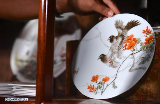 Pic story of inheritor of Jingdezhen porcelain painting