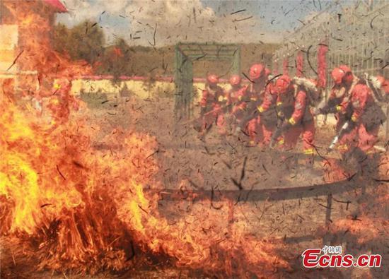 消防员接受为期20天的强化训练