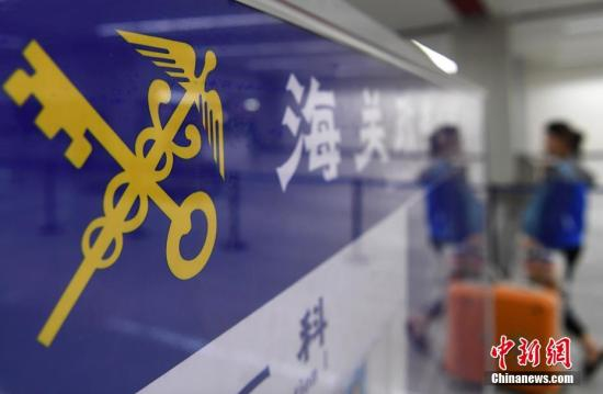 A passenger was waiting for baggage clearance at an airport in Fujian Province. (File photo/China News Service)