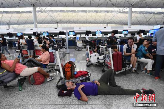 Passengers are stranded at the Hong Kong airport due to protests. (Photo/China News Service)