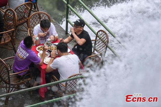 New restaurant beside waterfall opens in Zhejiang