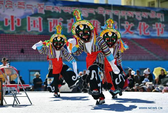 Artists perform Tibetan Opera in cultural festival in Tibet