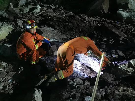 Rescuers search for the missing at the site of collapse. /CGTN Photo, provided by Sichuan Emergency Management Department